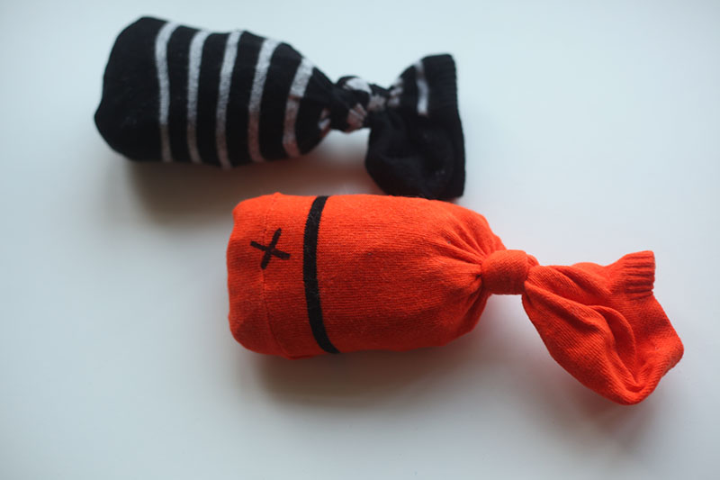 two-diy-sock-fish-cat-toys-homemade-easy-simple