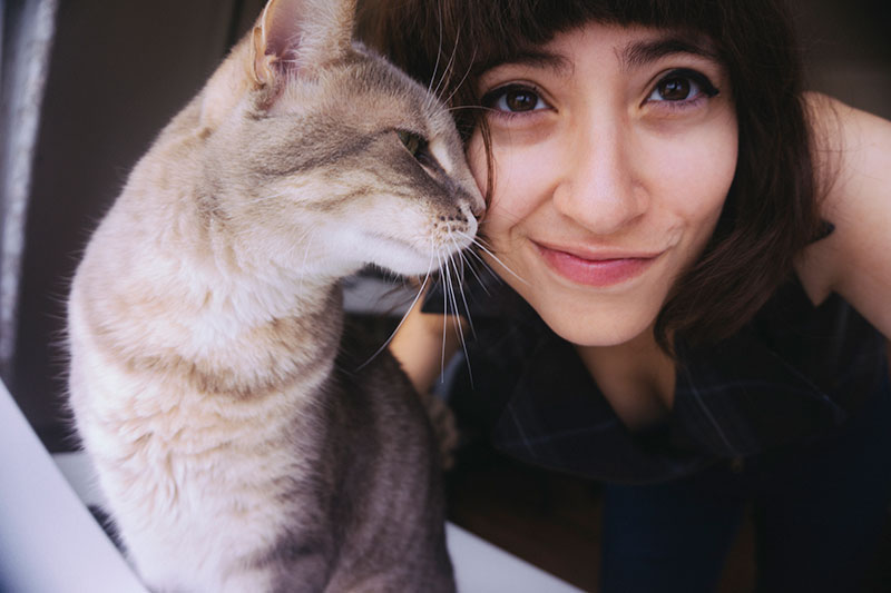taking-a-cute-selfie-with-your-pet-cat
